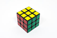 Vert jaune rouge réussi de cube en Rubik Photographie stock libre de droits