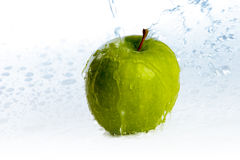 Vert pomme sous un courant d'eau Photos stock