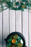 Vert : Pot de lutin d'or et de cadeaux du jour de St Patrick Photographie stock