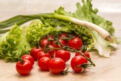 vert savoureux végétarien de régime de cerise de tomate de nourriture de santé naturelle crue juteuse de plan rapproché Photo libre de droits