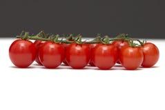 Vertak me een tomaat op wit en zwart Stock Foto's