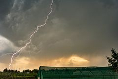 Vertakte lightningbolt stakingen realistisch van een strenge onweersbui bij zonsondergang stock foto's