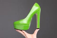 Verte chaussure gîtée nouvelle par haute Image stock