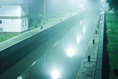 Vertedero del río en la noche Fotografía de archivo libre de regalías