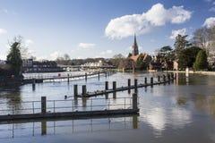 Vertedero del Támesis en Marlow en la inundación llena Fotos de archivo libres de regalías