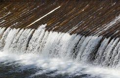 Vertedero en el río de BeÄva cerca de VsetÃn Imagen de archivo