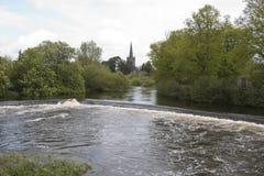 Vertedero en el río Suir, Cahir, Co Tipperary Imágenes de archivo libres de regalías