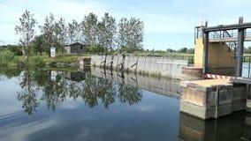 Vertedero histórico de la aguja en el río de Havel al lado del pueblo Guelpe en Havelland Alemania metrajes