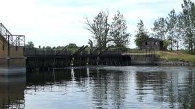 Vertedero histórico de la aguja en el río de Havel al lado del pueblo Guelpe en Havelland Alemania almacen de video