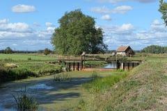 Vertedero y casa en el canal del río de Havel en Brandeburgo Alemania fotografía de archivo