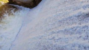 Vertedouro no rio O fluxo da água cai para baixo filme