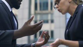 Vertegenwoordigers van het concurrerende firma's debatteren, vernedering en onderscheid stock video