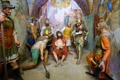 Vertegenwoordiging van de Varallo bekroonde de bijbelse scène van Jesus Christ met doornen en het teisteren tijdens zijn flagella stock foto's
