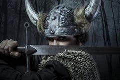 Verteidigung, Viking-Krieger, Mann kleidete in der barbarischen Art mit Schalter an Lizenzfreie Stockfotografie