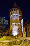 Verteidigungkontrollturm in Sibiu nachts lizenzfreies stockbild