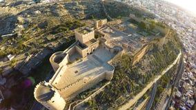 Verteidigungs-Wände der alten Festung Alcazaba von Almeria, Spanien - Luftschuß einschließlich Panoramablick der Almeria-Stadt Stockfotos