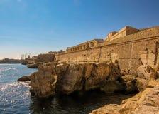 Verteidigungswälle und andere Verstärkungen umgeben die Hauptstadt von Valletta, Malta, EU lizenzfreies stockfoto