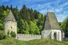 Verteidigungswall mit einem Turm und einer Kapelle Stockbilder