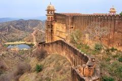Verteidigungswall von Jaigarh-Fort auf die Oberseite des Hügels von Eagles nahe Stockfotografie