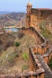 Verteidigungswall von Jaigarh-Fort auf die Oberseite des Hügels von Eagles nahe Lizenzfreie Stockbilder