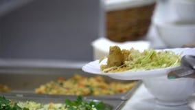 Verteilen des Lebensmittels im Refektorium stock video