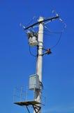 Verteilungstransformator auf konkretem Strommast Stockbild