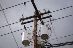 Verteilungstransformatoren und Stromleitungen Stockbild