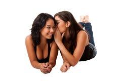 Vertellende geheime roddelmeisjes Stock Foto