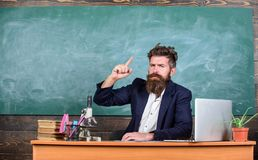 Vertellende onderwijsverhalen Vertelt de leraars gebaarde mens interessant verhaal Zit leraars charismatische hipster lijstklaslo stock foto's