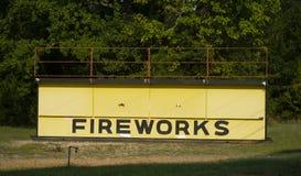 Vertente de madeira amarela grande da barraca do suporte dos fogos-de-artifício imagem de stock