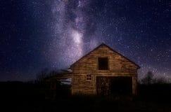 Vertente de madeira velha sob estrelas da noite imagens de stock