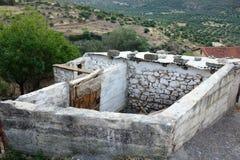 Vertente do armazenamento da exploração agrícola e pena dos rebanhos animais, Grécia Fotografia de Stock