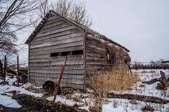 Vertente velha abandonada no campo nevado fotos de stock