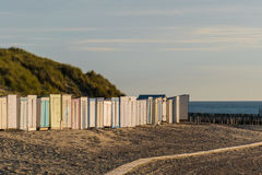 Vertentes coloridas na praia na frente do por do sol das dunas fotografia de stock