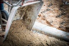 Verter el material de la arena en emplazamiento de la obra Fotografía de archivo libre de regalías