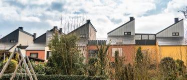 Verter los tejados de pequeño-propios edificios Tejados triangulares contra el cielo foto de archivo
