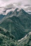 Verticaal beeld van bergen, wolken en rivier Royalty-vrije Stock Afbeeldingen