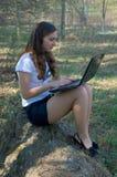 Verticaal beeld van een vrouw die aan haar laptop werkt Stock Foto