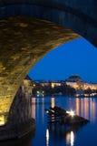Verticaal beeld van het Nationale theater in Praag onder de boog Royalty-vrije Stock Foto's
