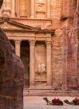 Verticaal beeld van Ingang in Stad van Petra, Jordanië Stock Foto