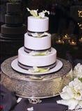 Verticaal: De Cake van het huwelijk, Bezinning, Kaarsen Stock Foto