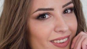 Verticaal dolly schot van mooie meisjesborst en stock footage