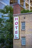 Verticaal hotelteken aan kant van de stad in het bulding stock foto