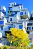 Verticaal kubusflatgebouw met koopflats Stock Afbeeldingen