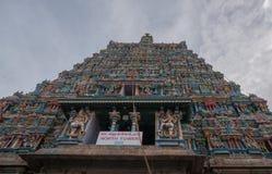 Verticaal langs de voorgevel van het Noorden Gopuram wordt geschoten die Stock Fotografie