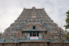 Verticaal langs de voorgevel van het Oosten Gopuram wordt geschoten die Stock Foto's