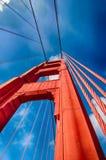 (, Verticaal omhoog eruit zien) golden gate bridge die Stock Foto's