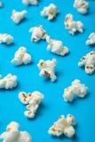 Verticaal patroon van popcorn op een blauwe achtergrond vector illustratie