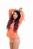 Verticaal portret van een mooi brunette in een warme sweater en borrels stock foto