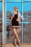 Verticaal portret van sexy blondevrouw met kop thee door La Stock Foto's